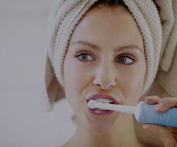 سایش شیمیایی دندان؛ دلایل و علائم سایش شیمیایی دندان