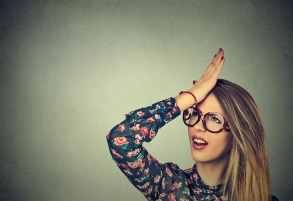 woman looking confused with her hand on her head min e1546090253424 - تقویت حافظه با کمک روش های گیاهی و خانگی