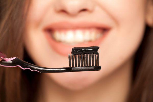 سفید کردن دندان ها با زغال فعال؛ عوارض و نحوه انجام