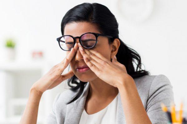 8 دلیل پرش پلک چشم و درمان آن