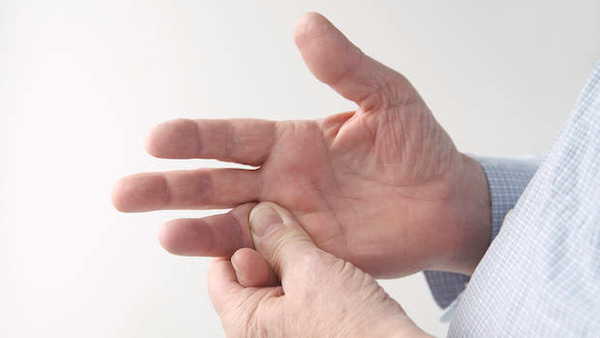 انگشت ضربه دیده؛ علل، علائم و درمان انگشت ضربه دیده