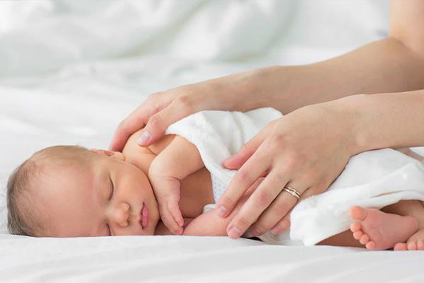 به پهلو خوابیدن کودکان خطرناک است؟