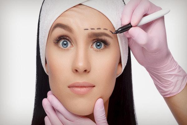 تزریق ژل مایع بهتر است یا جراحی پلاستیک؟ + راهنمای کامل