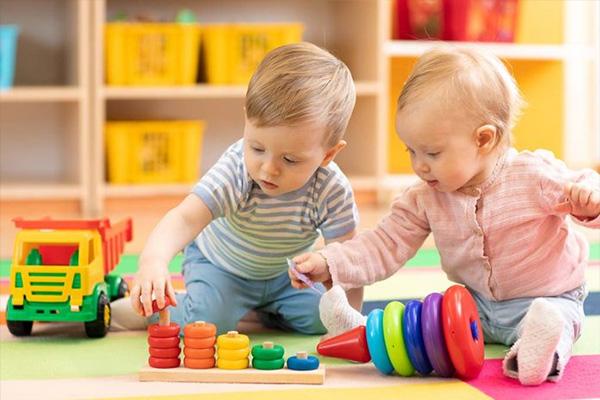 رشد کودک ده ماهه + کارهایی که در این سن می توانند انجام دهند