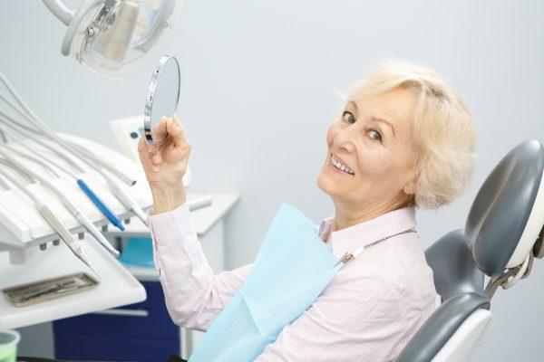 ایمپلنت دندان چیست؟ کاربرد، نحوه انجام و مراقبت های لازم