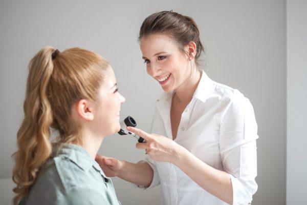 جوش صورت و ران؛ علت، علائم و درمان خانگی سریع آن