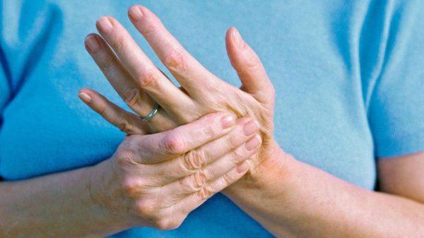 آرتریت پسوریاتیک چیست؟ + علل، علائم، تشخیص و درمان
