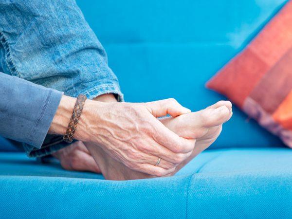 علت ورم و درد پا چیست؟ + 15 درمان خانگی و طبیعی