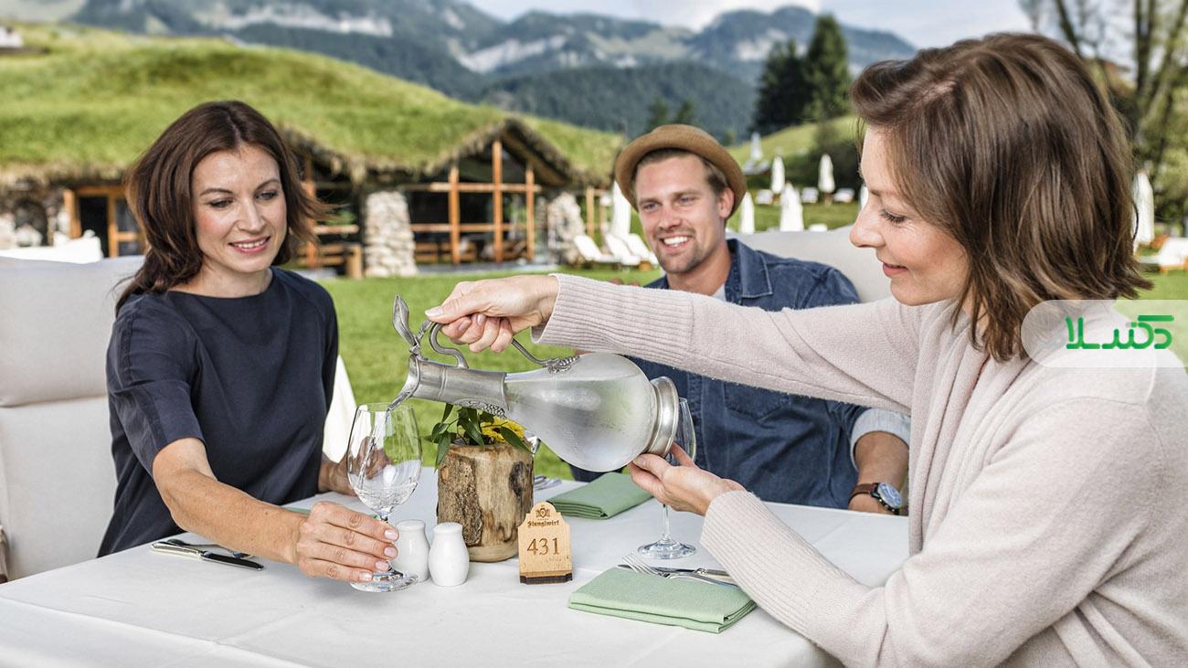 آیا نوشیدن مایعات همراه غذا مضر است؟ / باورهای غلط درمورد نوشیدن آب بین غذا